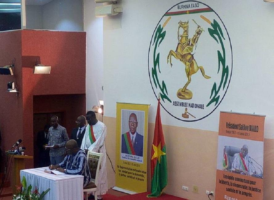 Décès Salif Diallo : le président du Faso, Roch Kabore a signé ce lundi le livre de condoléances