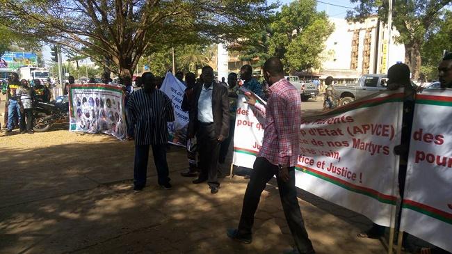 Insurrection populaire et putsch manqué: Des blessés et parents de victimes manifestent au Tribunal militaire de Ouagadougou