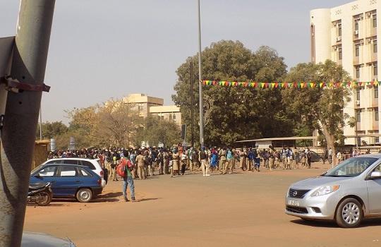 Crise scolaire: Manifestations devant le MENA, les élèves bloquent la RN1
