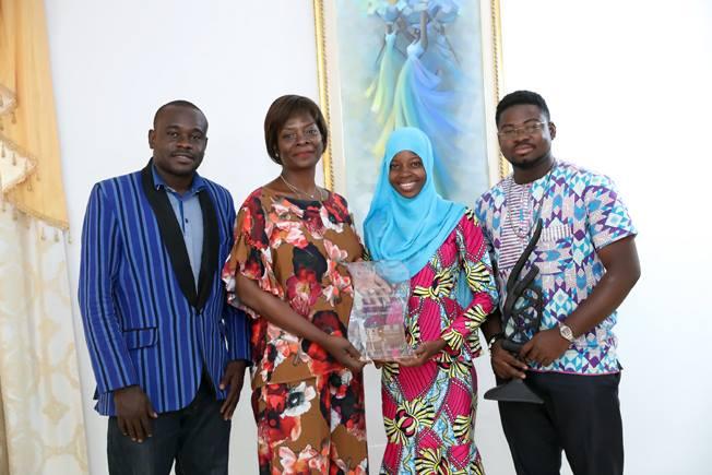 De jeunes férus des débats oratoires présentent leurs trophées à Madame Sika KABORE