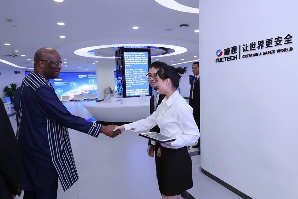 Le président du Faso visite à Pékin l'entreprise Nuctech.