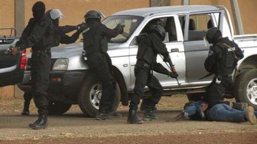 Alerte : « Si vous croisez des individus transportant un blessé apparemment touché par balle, informez les FDS » (Police)