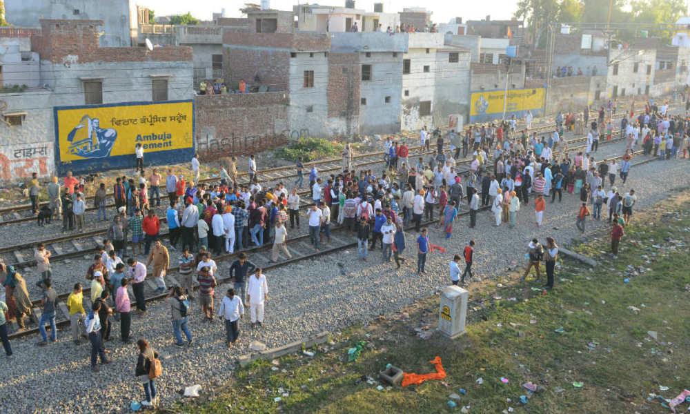 Inde: un train percute une foule et fait une soixantaine de morts