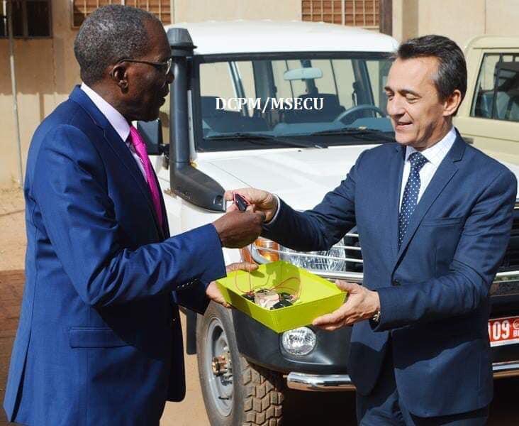 L'Ambassade de France fait don de cinq véhicules pickup au ministère de la sécurité.