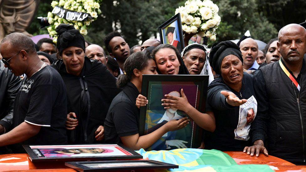 Ethiopian Airlines : les familles des victimes enterrent des sacs de terre