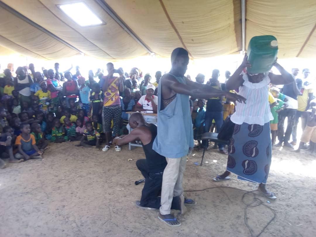 Accès à l'eau potable en situation de crise : Du théâtre dans les camps des déplacés pour sensibiliser les femmes et les enfants