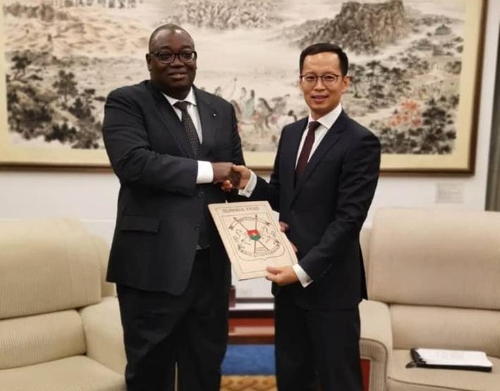Le nouvel Ambassadeur du Burkina Faso auprès de la République Populaire de Chine a remis la copie figurée de ses Lettres de créance au Ministère des Affaires Etrangères.
