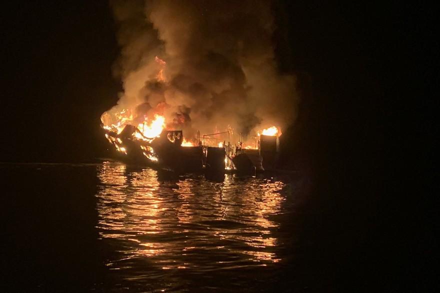 Californie: Incendie sur un bateau de tourisme, 34 personnes portées disparues
