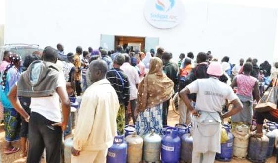 Pénurie de gaz: le gouvernement met en garde les revendeurs qui pratiquent des prix illicites