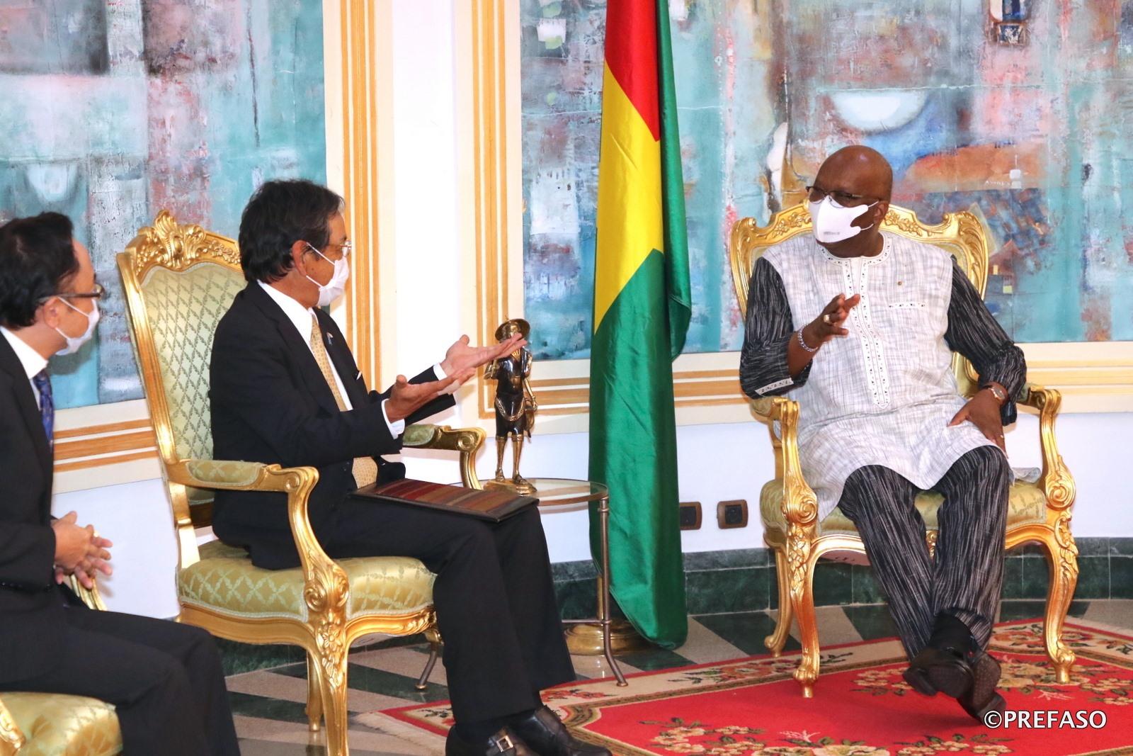 Coopération Burkina-Japon : le président du Faso échange avec l'ambassadeur du Japon en fin de mission.