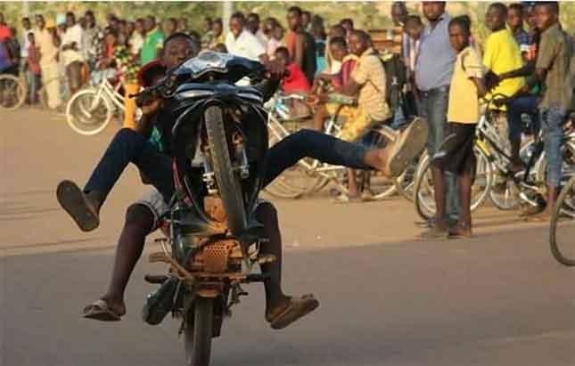Ouagadougou: la police interpelle 64 individus pour acrobaties sur la voie publique.