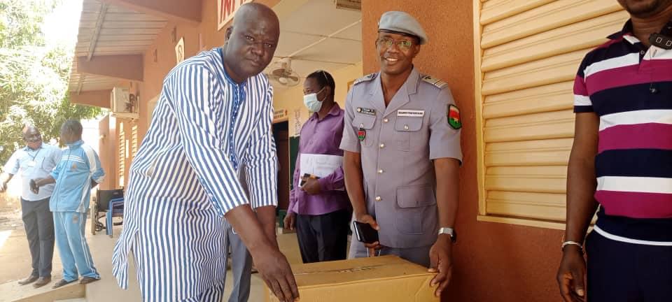 Maison d'arrêt et de Correction de Ouagadougou: l'ex ministre de la défense fait un don de médicament