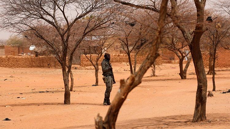 Burkina: Un employé de l'entreprise chargée du bitumage de l'axe Dori/Gorom-Gorom (Nord) tué par des hommes armés