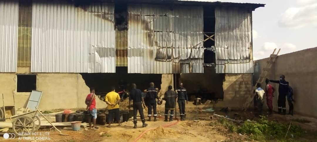 Ouagadougou : un magasin d'une société de fabrication de chaussures plastiques part en fumée